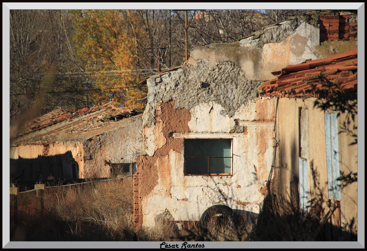 Casa derruida, casa vieja,  casa rural vieja fachadas desconchadas