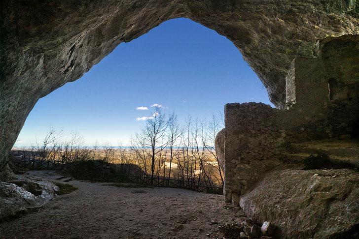 Grotta Sant'Angelo, sullo sfondo l'Adriatico