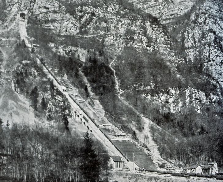 Montage der Druckleitungsrohre. Aufnahme vom 1. April 1908
