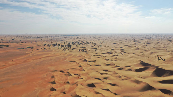 Dubai Desert from above - beautiful sand dunes - travelbees.de