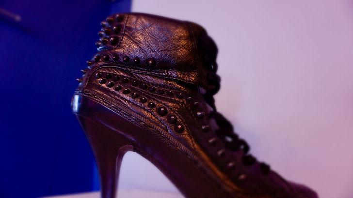 Nieten besetzter Damen High-Heel in Leder schwarz