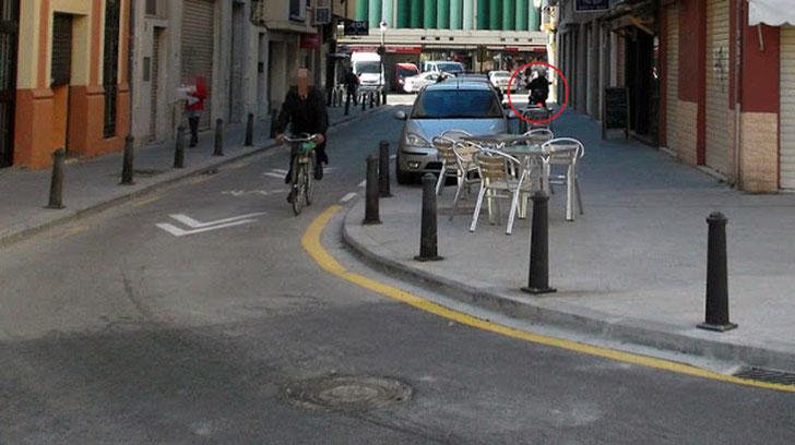 Las motos son un peligro para los viandantes circulando por las aceras en  la Ciudad de Valencia.