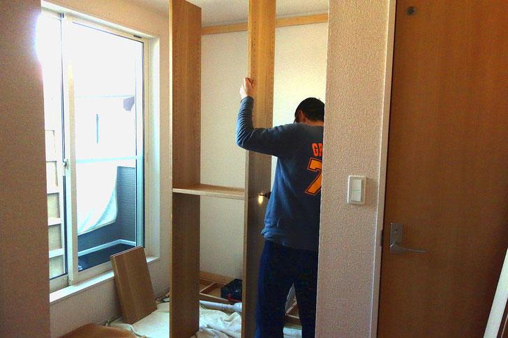 壁一面に造り付けた本棚(相模原市・S様邸)取り付け工事 組み立て
