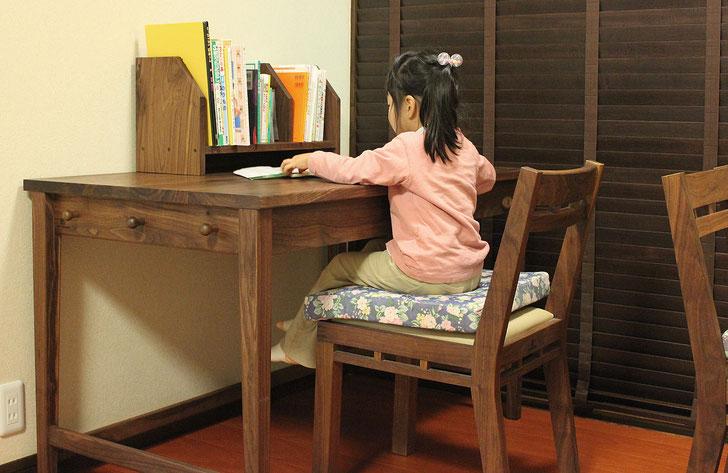 ウォールナットのシンプル学習机(桜川市・K様邸)妹さん