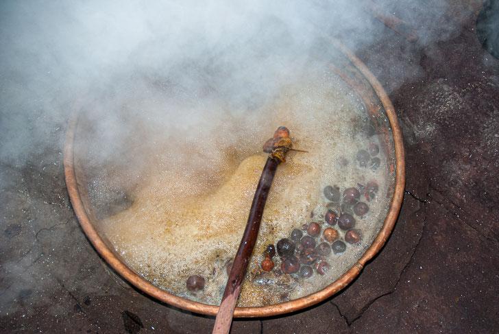 Cuisson en bassine de cuivre des peaux de grenades avant leur fermentation en cuve (pour obtenir une couleur jaune).