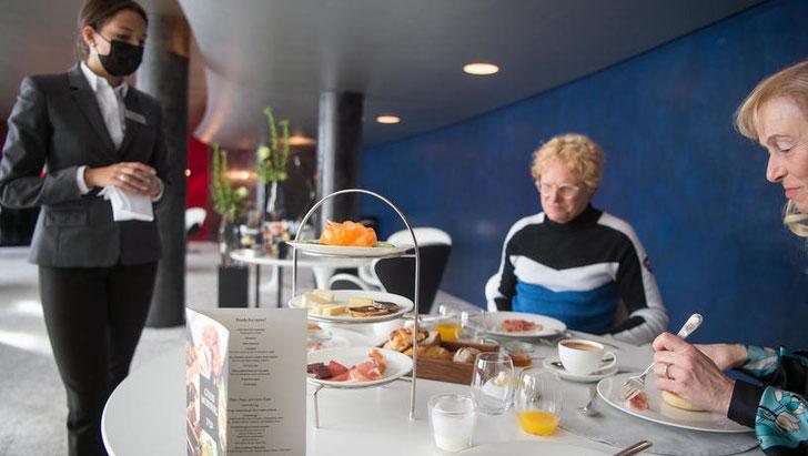Übernachtung mit Annehmlichkeiten: Gäste im Hotel «7132» geniessen Restaurant und Therme