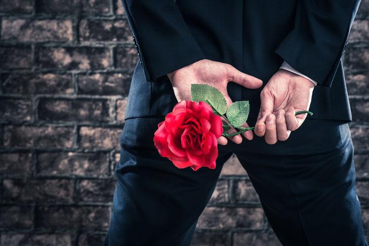 Mann mit roter Rose; Privatdetektiv Zürich, Privatdetektei Schweiz, Detektiv Zürich