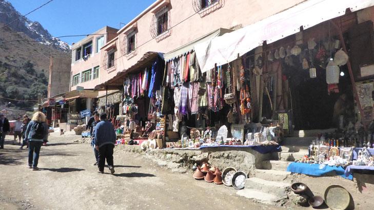 Verkaufsstände unweit der P2017 in Setti-Fatma, hier schon Schotterpiste.