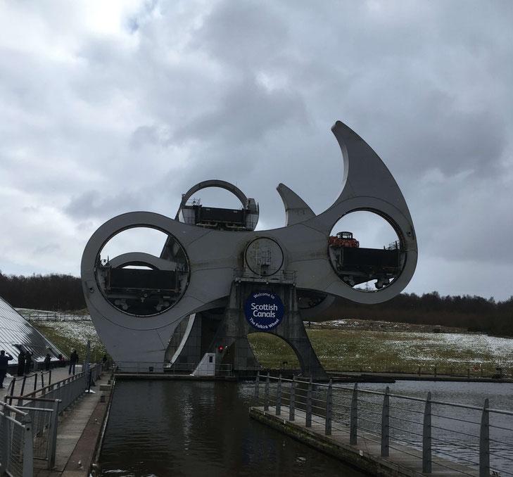 Falkirk Wheel - das einzige rotierende Schiffshebewerk der Welt