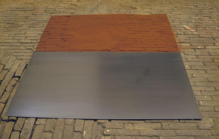 Matthieu van Riel. Vloerobject. Z.T. 120x160cm pigment en metaalplaat 1987