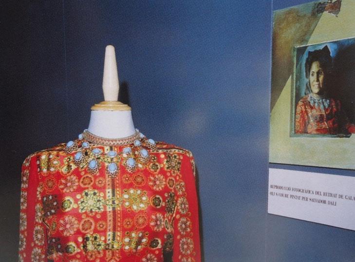 Красное шелковое платье Гала Дали