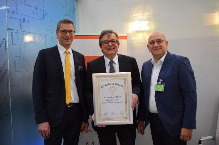 Vertriebsleiter Markus Böcker (lks.) und Geschäftsführer Thorsten Quaas (Mitte) vom Hersteller Starkey aus Hamburg freuen sich mit IAS Geschäftsführer Jürgen Leisten (re.) über die Siegerurkunde.