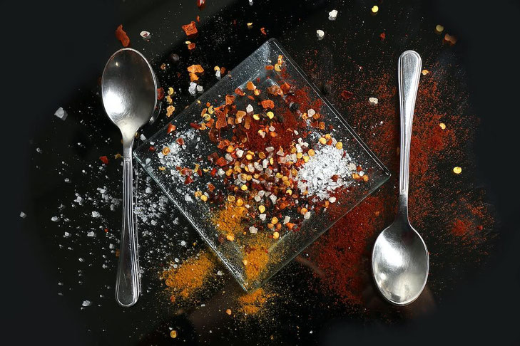 Trying to cut down on your salt intake? Learn how to reduce salt from food and how to more easily follow a low sodium diet! #lowsodium #lowsalt #cutsalt #reducesalt