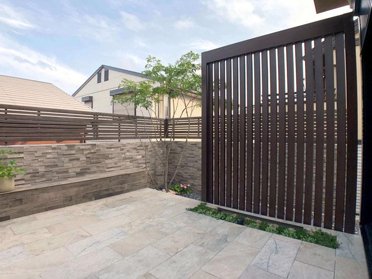 ライトアップしたタイルデッキのオシャレな外構_タカショーお庭の工事応募作品|外構業者をお探しなら「安くてオシャレ」なクオリティへ!愛知県(名古屋市)で工事させていただきました。タイルの塀やリクシルのフェンス、平板のタイルデッキ、目隠しの格子フレームがオシャレです【2020年8月施工】