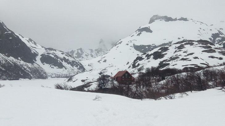 le refuge San Martin de San Carlos de Bariloche niché au pied des montagnes et la brume derrière