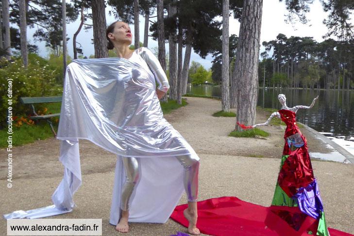 """Rencontre entre la danse et la sculpture, le créateur et ses créatures (extrait du spectacle """"La Femme Miroir""""). Copyright (c) Alexandra Fadin (danse, sculpture, photographie et mise en scène) tous droits réservés"""