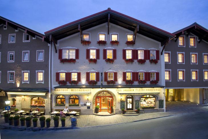 Döllerers Genießerhotel in Golling bei Salzburg von außen beleuchtet in der Dämmerung