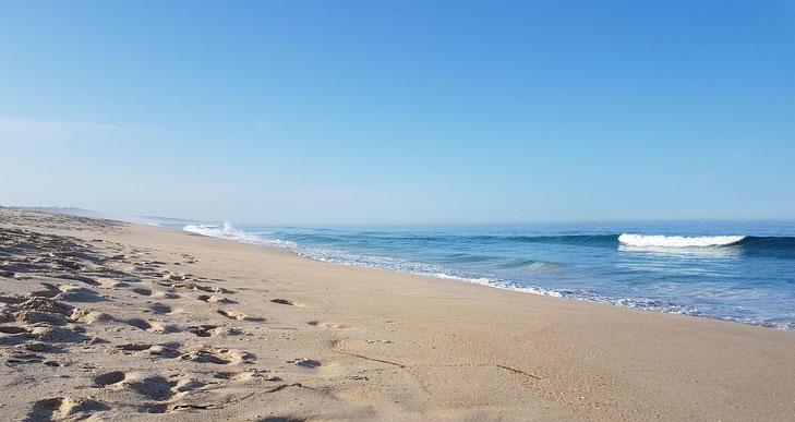 endloser erscheinender Strand bei Comporta mit leichter Dünung