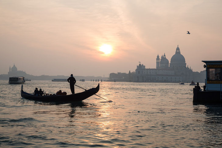 Gondel auf dem Wasser vor Venedig im diffusen Abendlicht