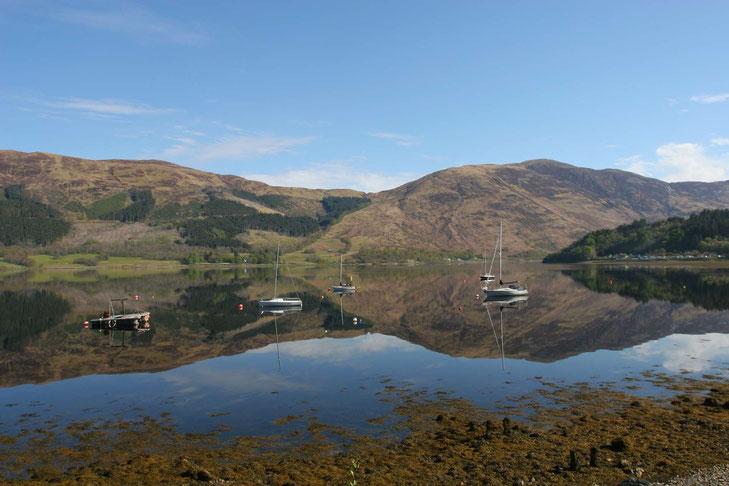 Spiegelglattes Wasser am Loch Leven