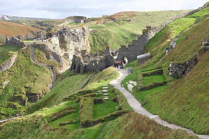 Die Ruinen von Tintagel Castle auf den Klippen
