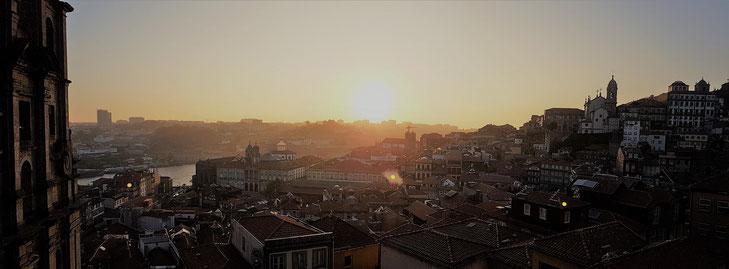 Porto im Abendlicht von der Kathedrale aus aufgenommen
