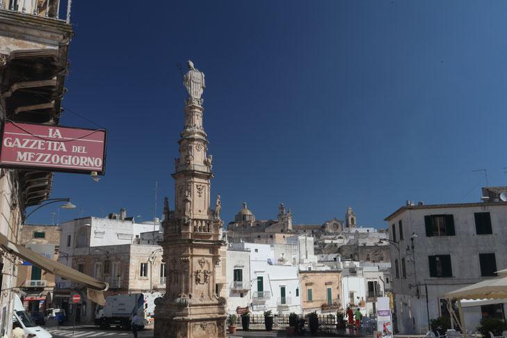 Der Obelisk Sant'Oronzo an der Piazza della Libertà in Ostuni