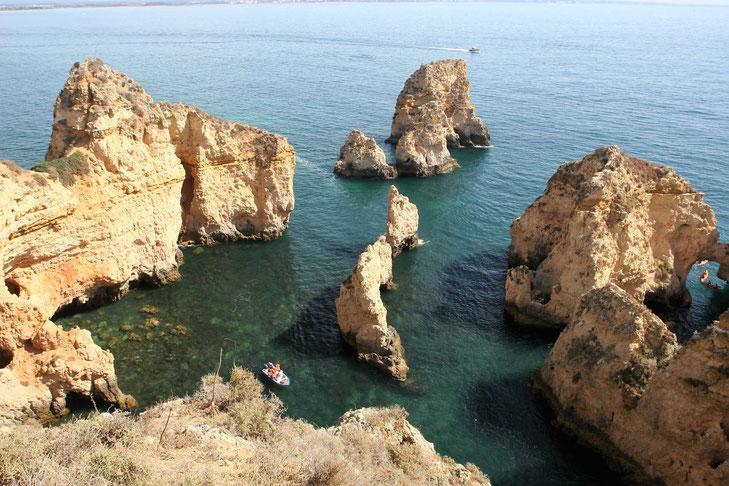 Felsformationen der Ponta da Piedade vom Aussichtspunkt auf den Klippen aus zu sehen