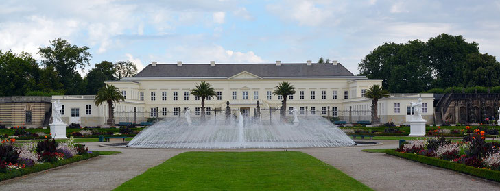 Schloss Herrenhausen von außen mit Springbrunnen
