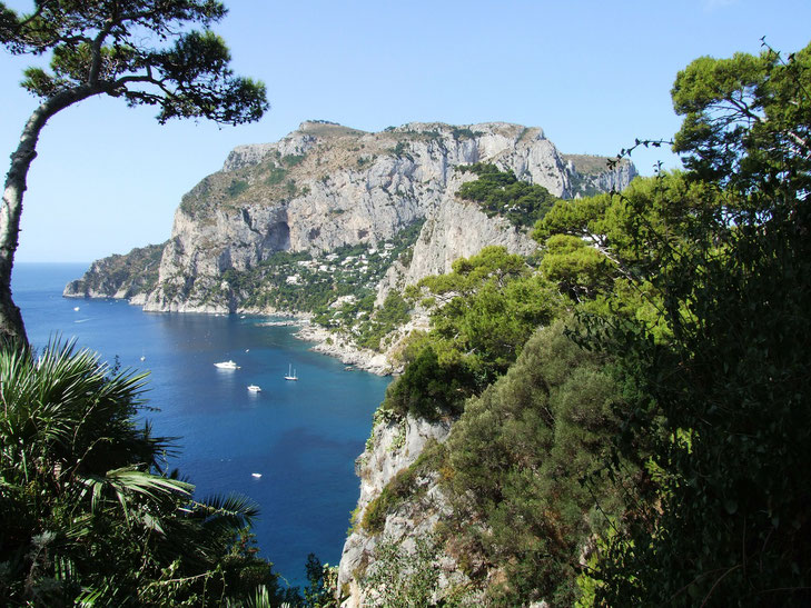Die felsige Insel Capri mit azurblauem Meer