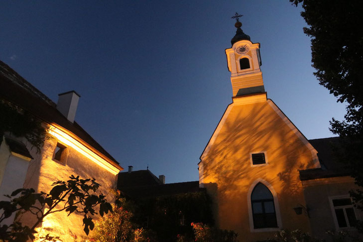Nikolaihof in Mautern - Österreichs ältestes Weingut stimmungsvoll beleuchtet am Abend