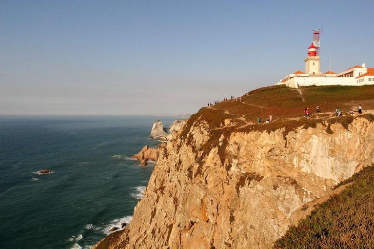 Cabo da Roca: Goldgelber Felsen mit Leuchtturm an der Küste