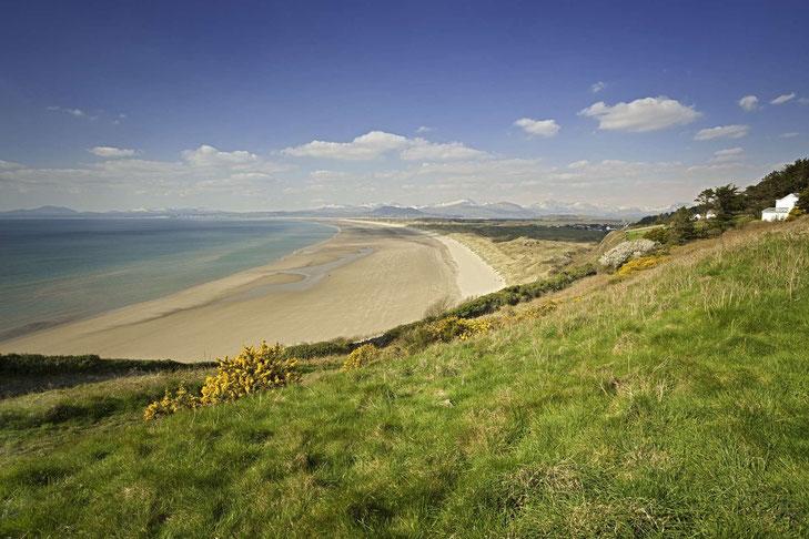 Harlech Beach und Snowdonia National Park im Hintergrund © Crown copyright (2019) Cymru Wales
