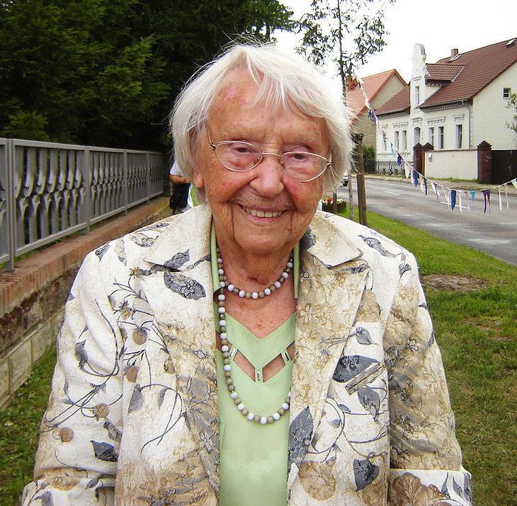 Zühlsdorferin, die Schriftstellerin Elfriede Brüning (Sabine Mangold)