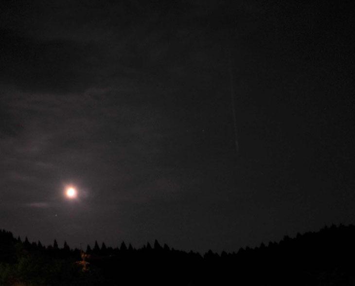 ペルセウス座流星群と沈みゆく月 / スリープキューブ和多屋