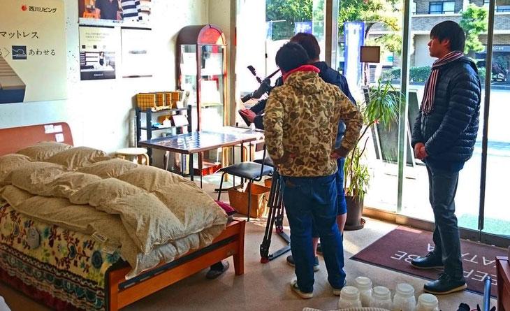FBS バリはや「トクソー」の毛布の使い方を取材中。 / スリープキューブ和多屋にて