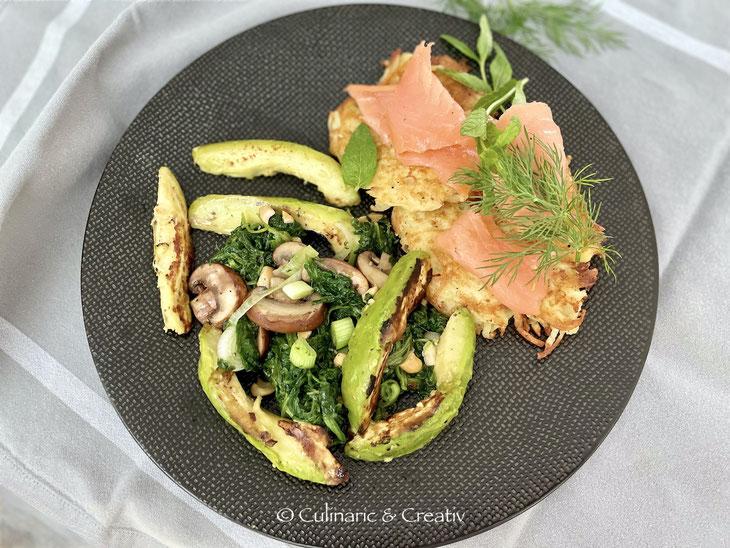 Gebratene Avocado mit Kräuterspinat und Lachs-Rösti