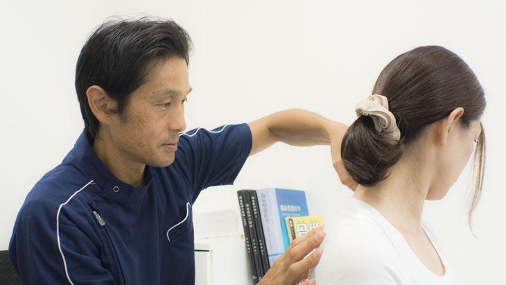 首の関節を整復することにより、慢性的な肩こりは改善・解消します。