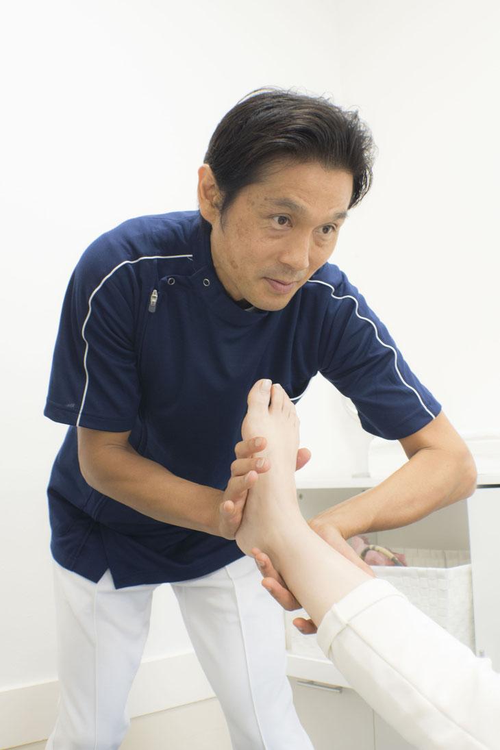 正確に股関節と足首の関節を整復すると、すねの外側の症状は改善・解消していきます。