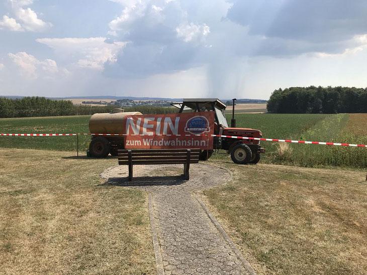 Ein Traktor mit 3.000 l Wasser stand für den Notfall bereit