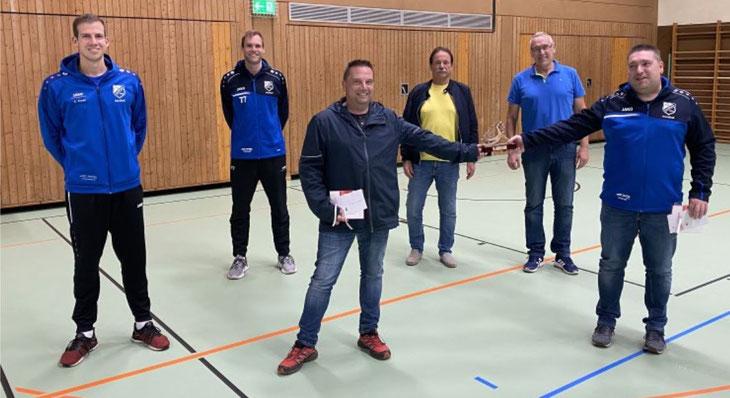 Ein großer Dank gilt Manne Dörr (rechts) und Christoph Bauch (mitte) für ihren unermüdlichen Einsatz bei den TVH Handballern.