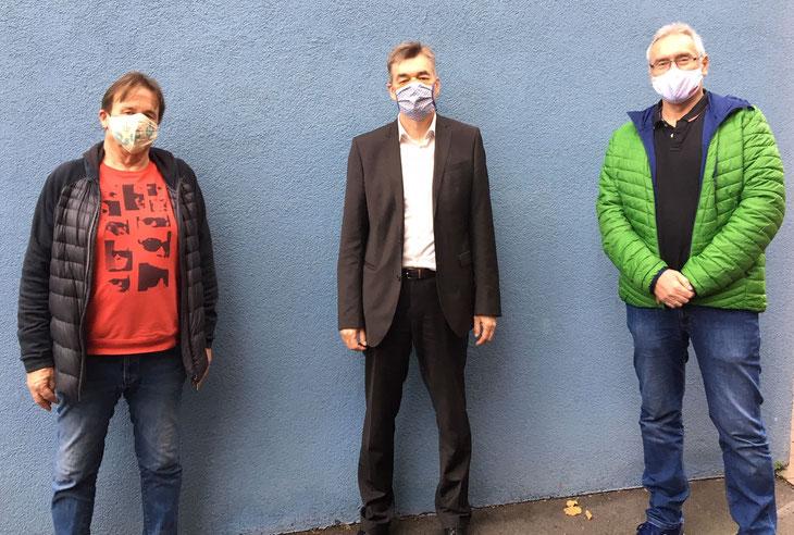 Stellv. Vorsitzender Karlheinz Heffung (links) und Vorsitzender Bernhard Bischof (links) danken Norbert Englert für sein jahrelanges Engagement