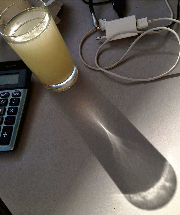 If Photography means drawing with light: Congrats to this glas of applejuice on sunny office afternoon.