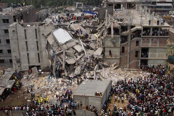 Mit dem Einsturz des Dhaka Savar Buildings im April 2013 kamen Sweatshops und ihre widrigen Bedingungen erstmals auch in die Abendnachrichten bei uns. Nachhaltig verbessert hat sich seitdem die Situation dort jedoch nicht.