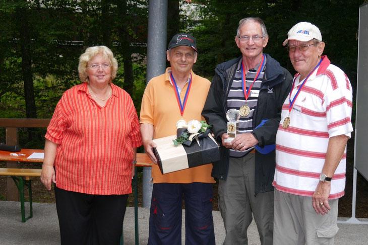 Die Schwyzerkracher aus Killwangen wurden Sieger beim Bouleturnier 2014 in Lauchringen. Monika Franck mit Leo Dittli, Max Ritter, Walter Ruggli