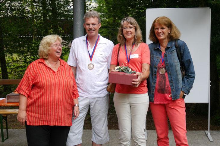"""Auf den dritten Platz kam mit Monika Haeberle sowie Uwe und Angelika Walpert aus Weilheim die Mannschaft """"Soleil"""". Ganz links Monika Franck, die Vorsitzende des DFFK."""