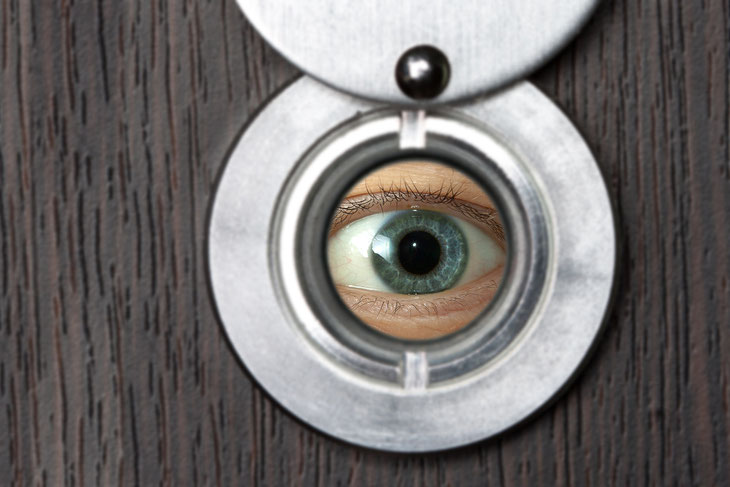 Spähen durch Türspion; Zeugensuche, Zeugenermittlung, Bezeugung einer Straftat