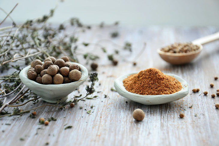 Looking for nutritious spice blends & seasoning mixes? This one with turmeric and black pepper is fab! Learn about turmeric benefits and spice benefits for health. #nutrition #spice  #seasoning #turmeric #inflammation