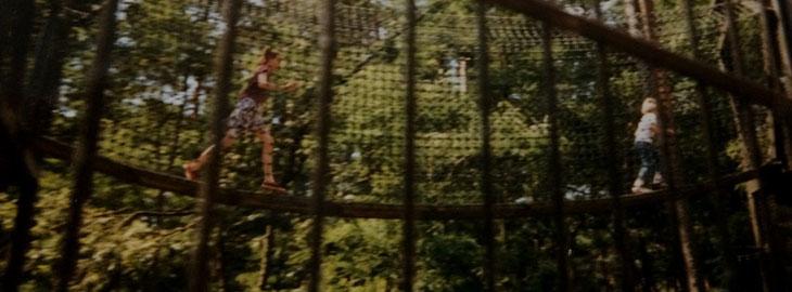 Kinder auf einer Hängebrücke