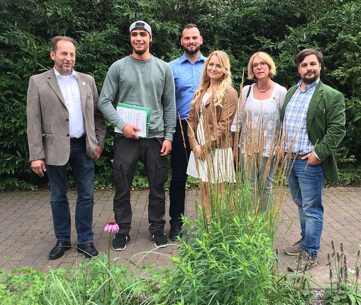 """""""Bleibt offen, höflich, hilfsbereit, neugierig und begeistert"""" gab Thomas  Banzhaf (links) den jungen Landschaftsgärtnern mit auf den Weg. Hier auf dem Foto mit ihren Lehrern ganz rechts. Foto: vgl nrw"""